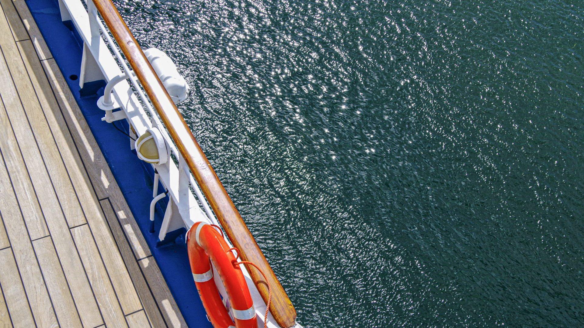 Leeres Bootsdeck von Kreuzfahrtschiff mit Unterseite Rettungsboo