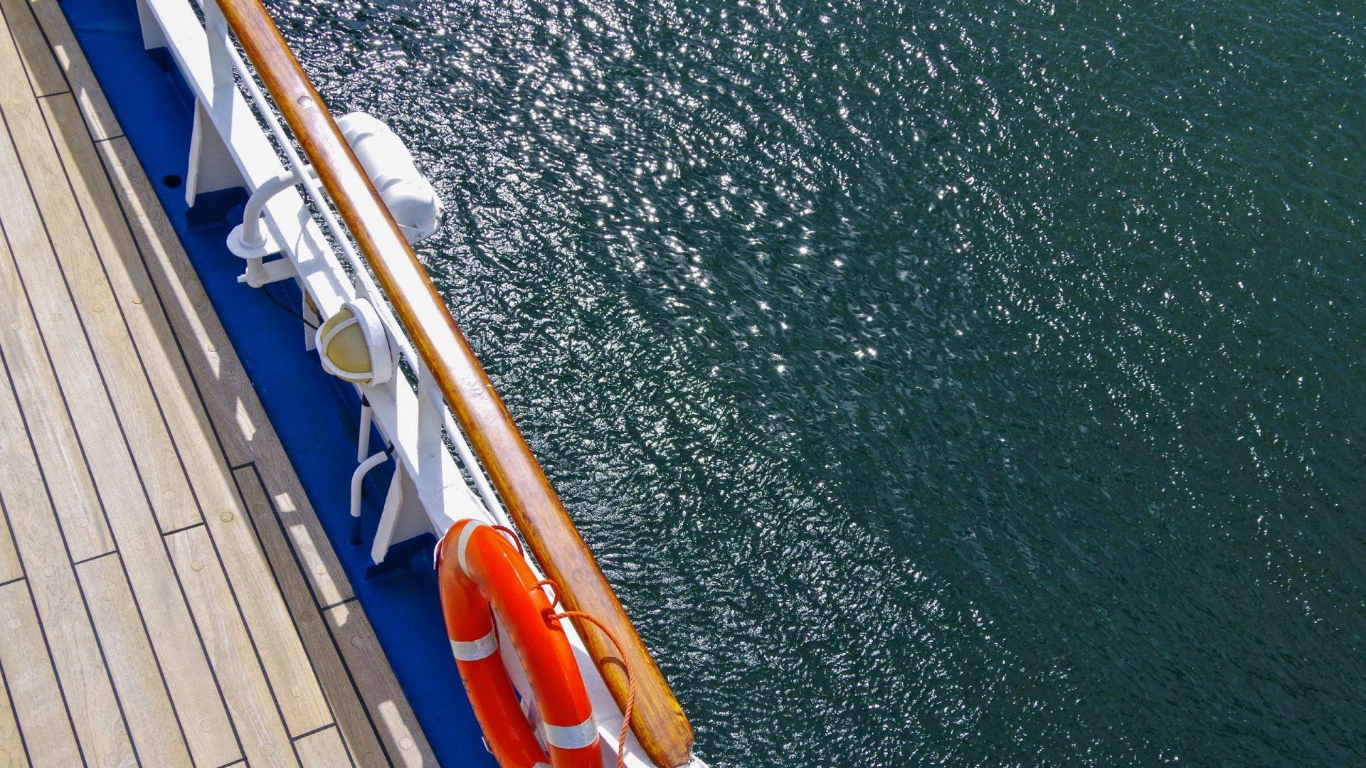 Leeres Bootsdeck von Kreuzfahrtschiff mit Unterseite Rettungsboote - Empty outddor teak deck promenade on classic cruiseship or cruise ship liner